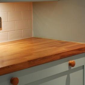 Деревянные ручки на кухонных ящиках