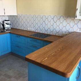 Кухонный гарнитур с полуостровом и синими фасадами