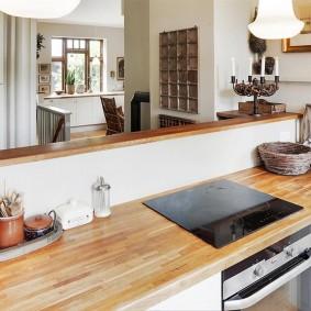 Деревянная поверхность кухонного гарнитура