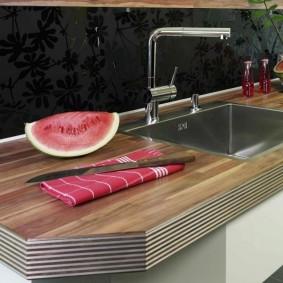 Разрезанный арбуз на кухонной столешнице