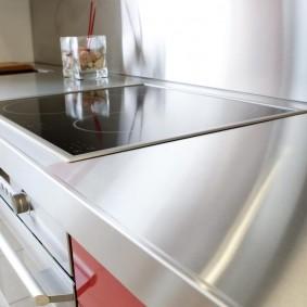 Блестящая поверхность столешницы на кухне