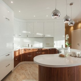 Глянцевая кухня в частном доме