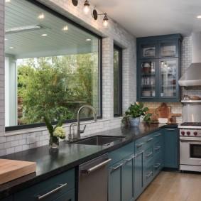 Болшие окна в просторной кухне
