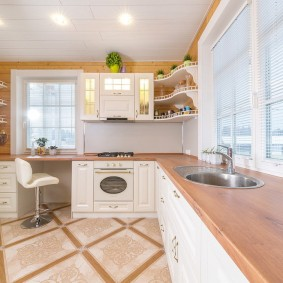 Керамический пол на кухне загородного дома