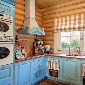Уютная кухня в срубовом доме