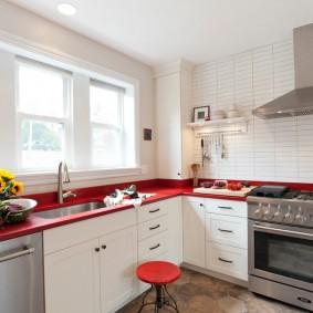 Интерьер кухни с красной столешницей