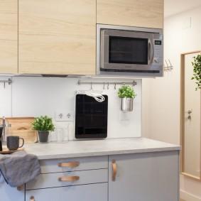 Микроволновка в подвесом шкафу на кухне
