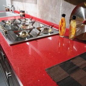 Газовая плита в красной столешнице