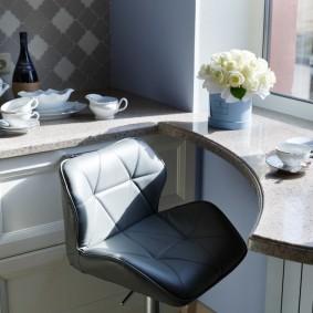 Удобный столик перед окном кухни