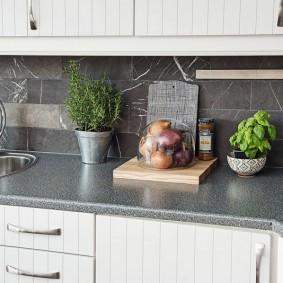 Серый камень на кухонном фартуке