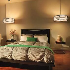 Подвесные светильники над изголовьем кровати