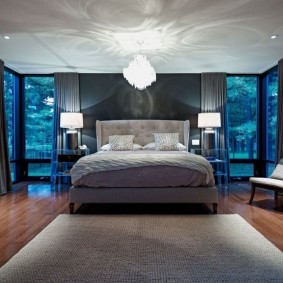 Квадратный ковер в просторной спальне