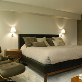 Настенные светильники в спальне трехкомнатной квартиры