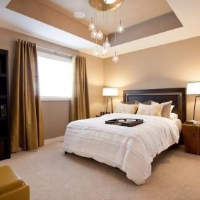 Светлый пол в спальне квадратной формы