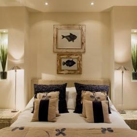 Комнатные растения в нишах стены спального помещения