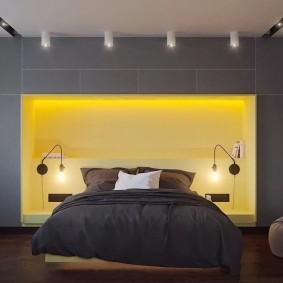Желтая подсветка ниши в спальне