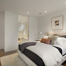 Белый потолок подвесного типа в спальне