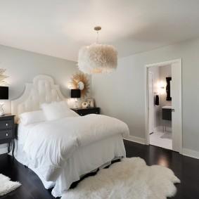 Черный пол в спальне с белыми стенами