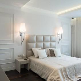 Мягкое изголовье кровати в светлой спальни