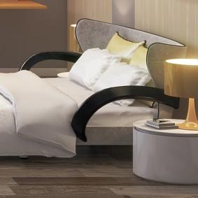 Стильная кровать с деревянными подлокотниками