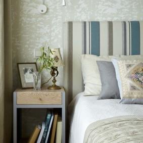 Полосатое изголовье кровати в спальне