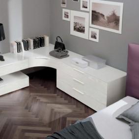 Белая мебель в углу спальной комнаты