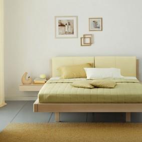 Широкая кровать на тонких ножках