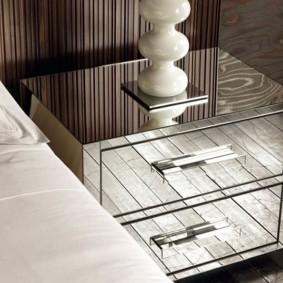 Зеркальные поверхности на прикроватной тумбочке