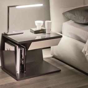 Светодиодный светильник на тумбе возле кровати
