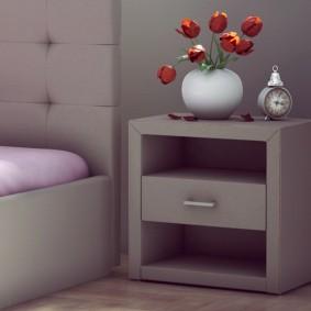 Красные тюльпаны в белой вазе