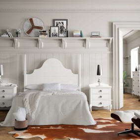 Деревянная полочка для декора в спальне