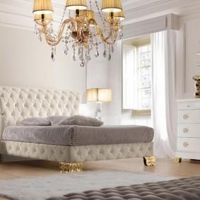 Красивое зеркало над комодом в спальне