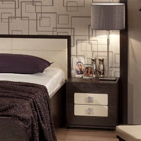 Обои с геометрическими узорами за кроватью в спальне