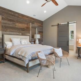 Деревянная отделка стены в спальне частного дома