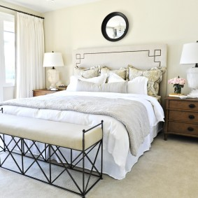 Белая штора на окне спальной комнаты