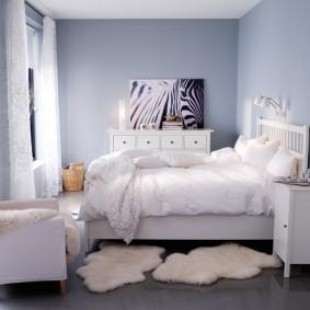 Небольшие коврики перед кроватью в доме