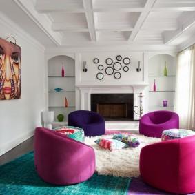 Бескаркасные кресла в белой комнате