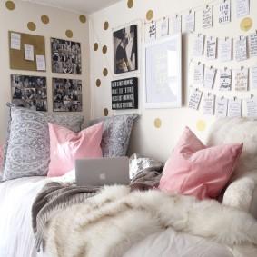 Подушки на кровати в уютной спальне
