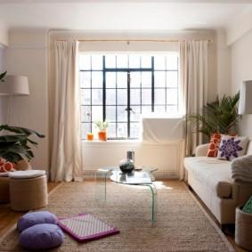 Светлые шторы в комнате квартиры