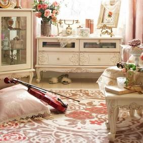 Скрипка на полу уютной гостиной