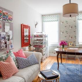 Яркий декор гостиной в двухкомнатной квартире