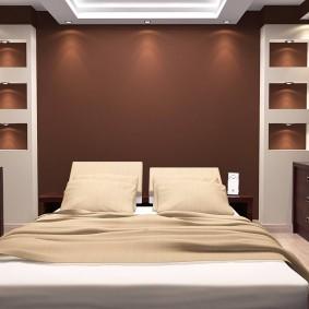 Коричневая стена за кроватью в спальне