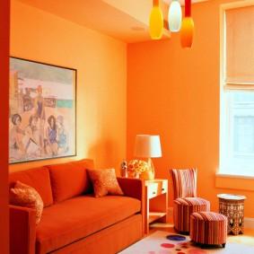 Яркие стены гостиной в современном стиле