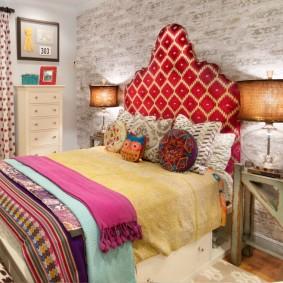 Мягкое изголовью удобной кровати