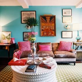 Бирюзовые стены в гостиной с диваном