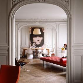 Портрет в интерьере гостиной комнаты