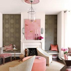 Розовый постер над камином в зале