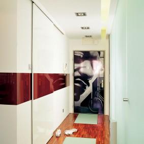 Стильный интерьер узкого коридора