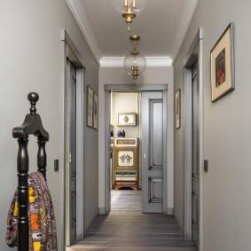 Длинный коридор в квартире кирпичного дома