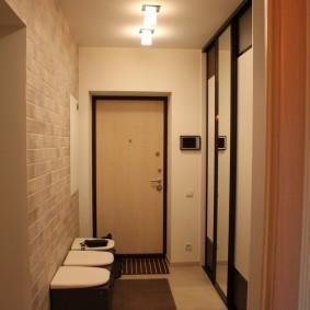 Накладные светильники на потолке узкого коридора